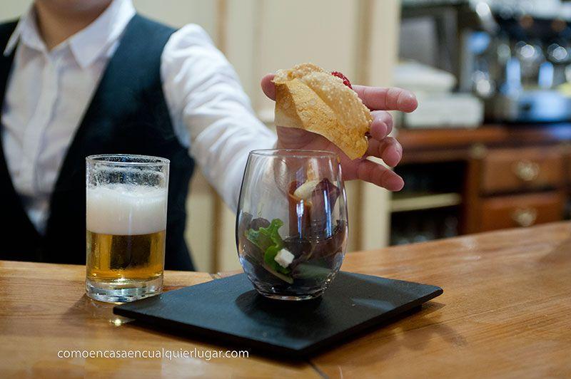 Crujiente de jamon relleno de brandada de bacalao acoñpañado de ensalada de brotes aliñada con queso fresco y nueces y ahumada con aroma de tomillo, rest. la villa ruta de la Chinchón