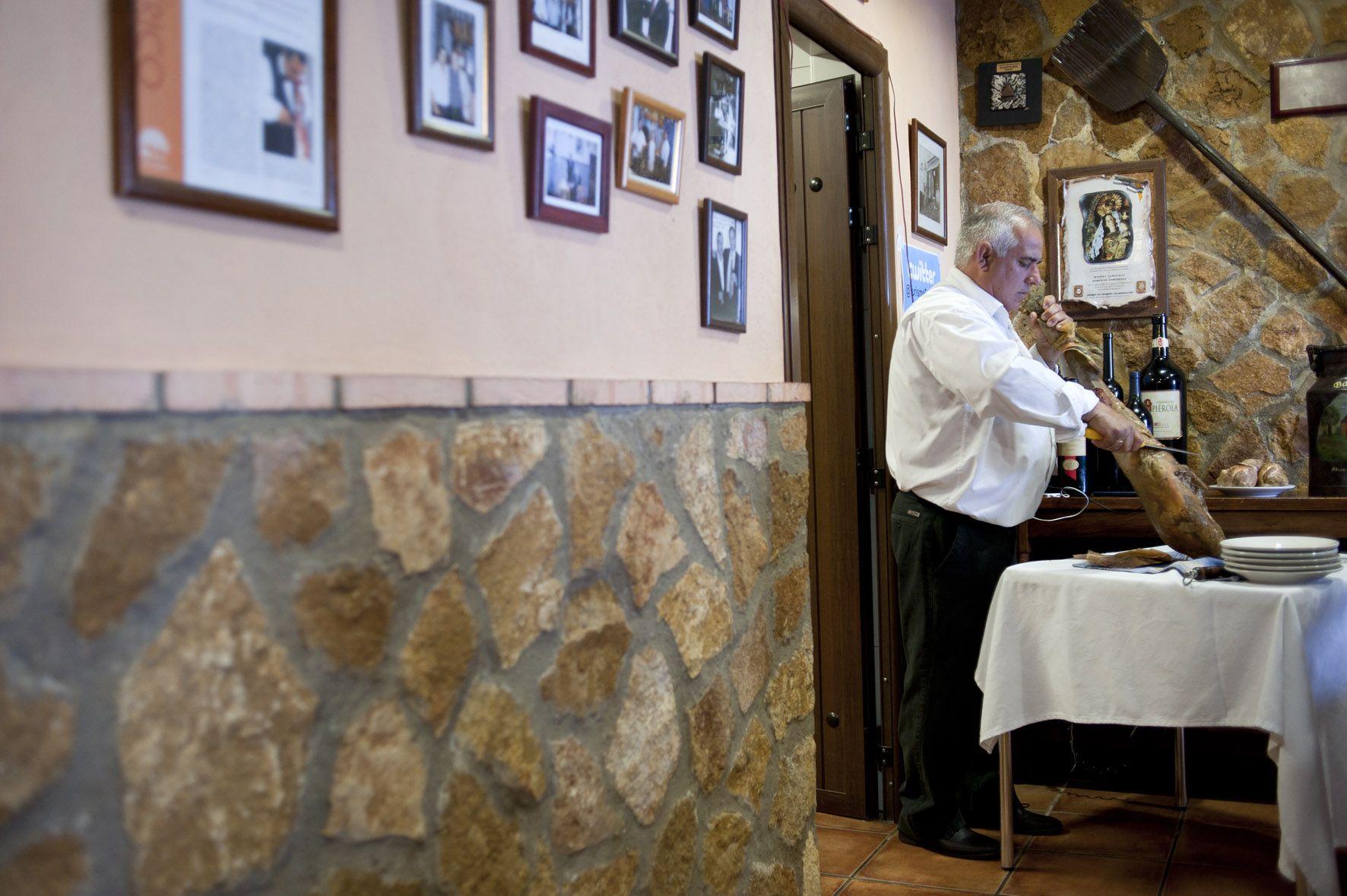 Nito, cortando jamón sin jamonero, Casa Nito, Fregenal de la sierra