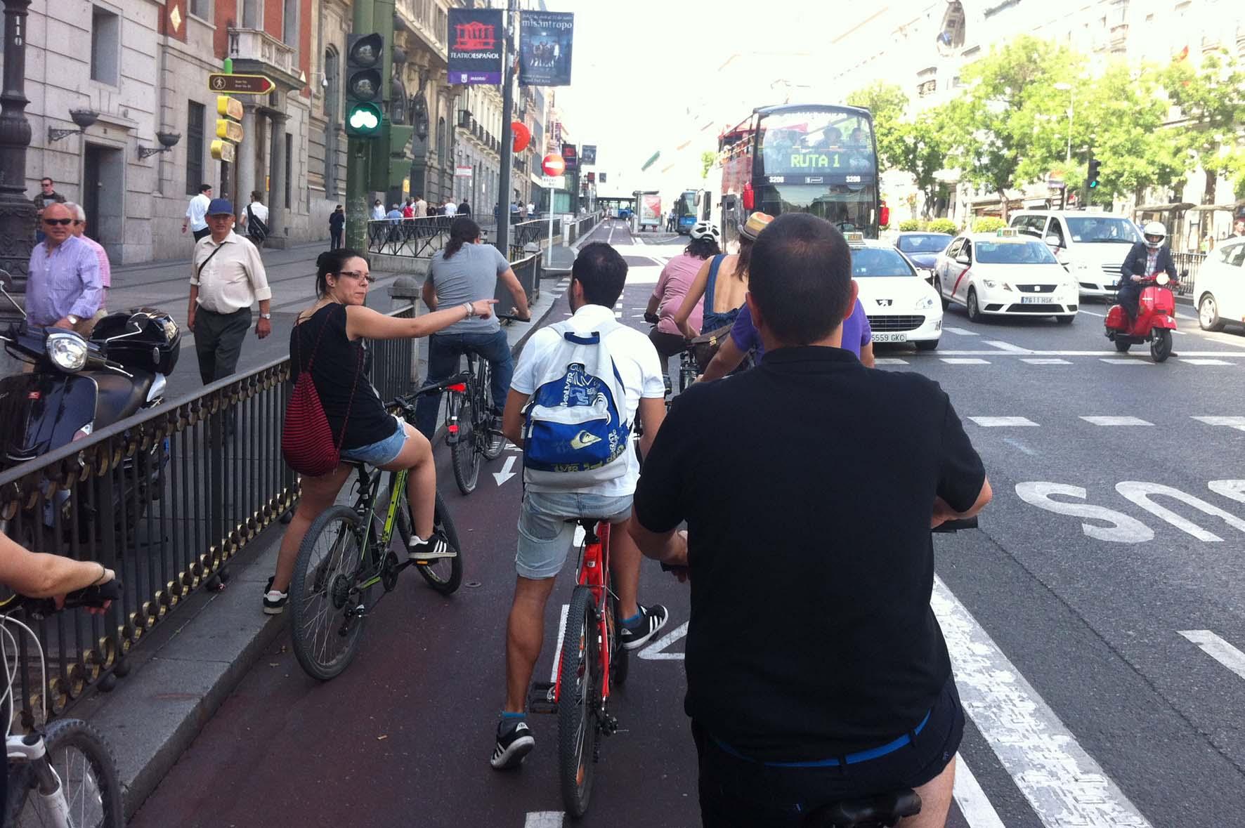 Ruta en bicicleta, subiendo por el carril bici de madrid, calle Alcala.