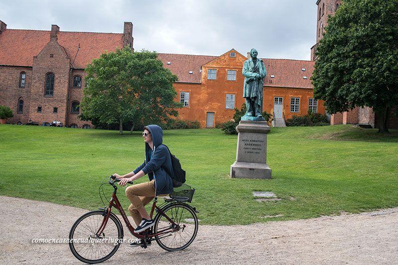 estatua de bronce en el parque Kongens Have Hans Christian Andersen's en Odense